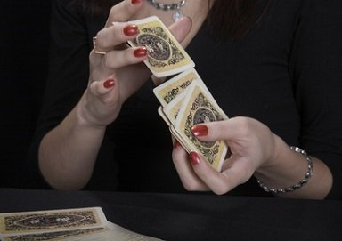 Une cartomancienne va faire pour vous une interprétation de tarot amour et prédira votre avenir sentimentale et vous conseillera